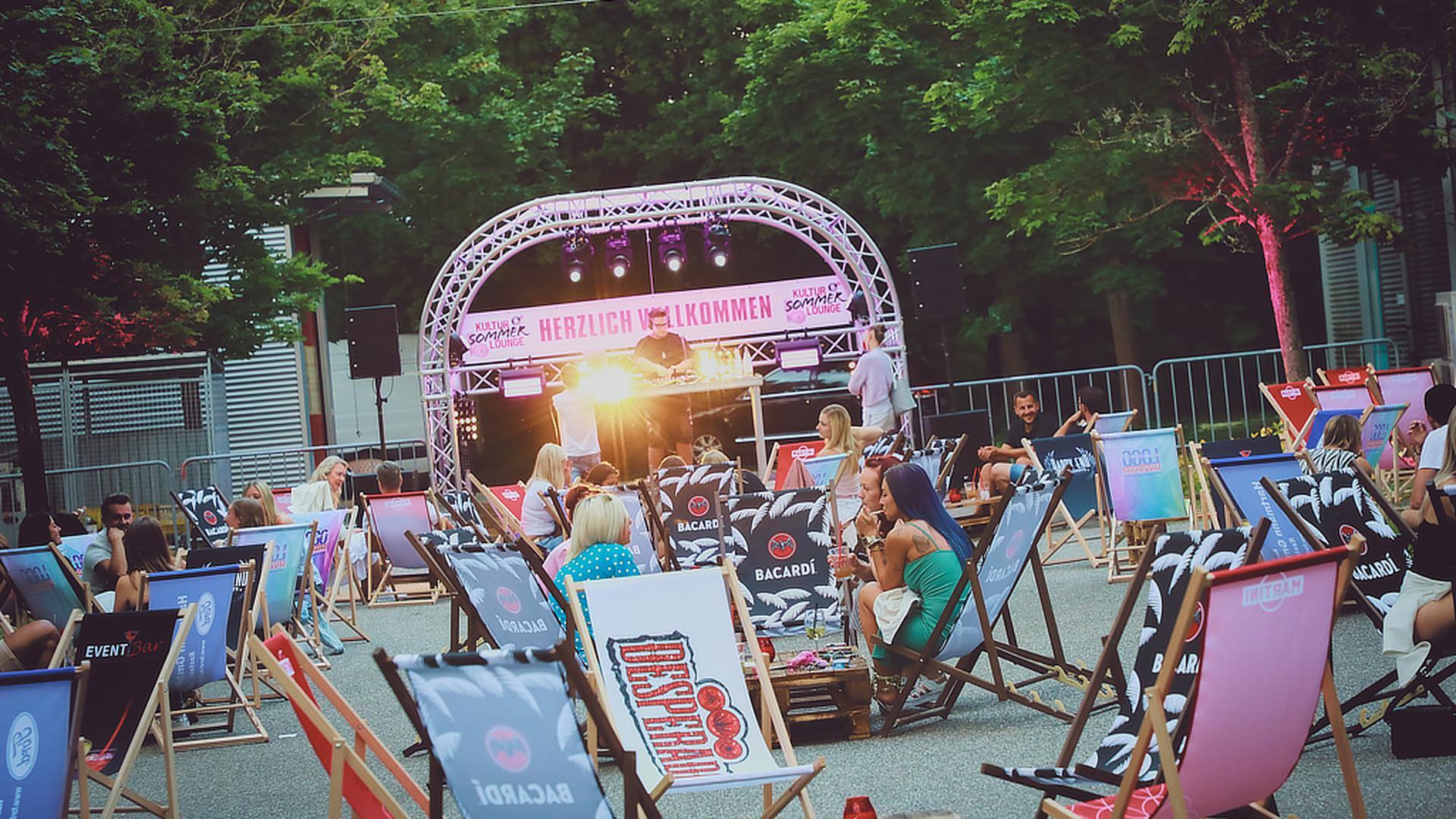Ein bisschen wie Urlaub: Palmen, Sonnenstühle und Livemusik verwandeln ein Hallengelände im Rastatter Industriegebiet in die Kultur-Sommer-Lounge.