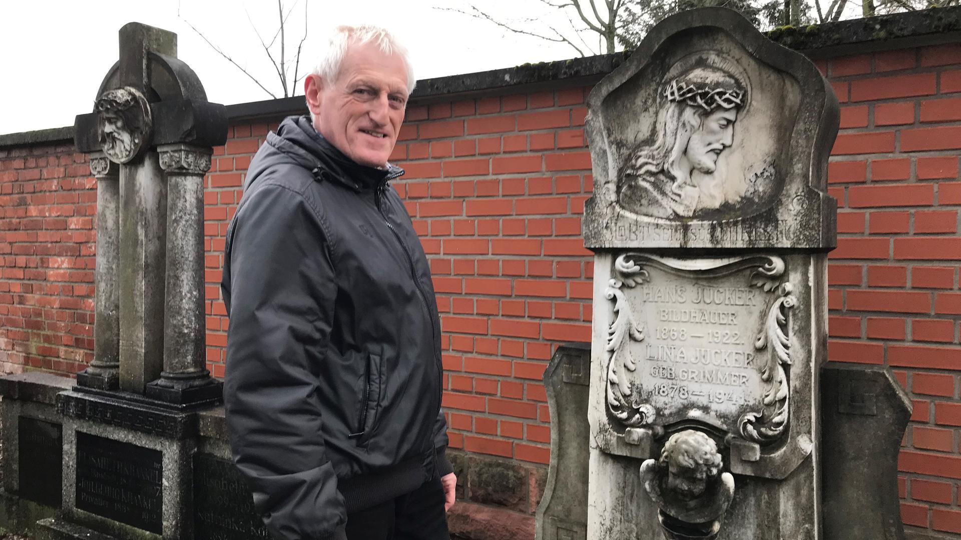 Ein Mann an einem Grabstein