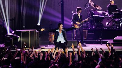 Der australische Künstler Nick Cave steht im Zenith in Paris auf der Bühne.