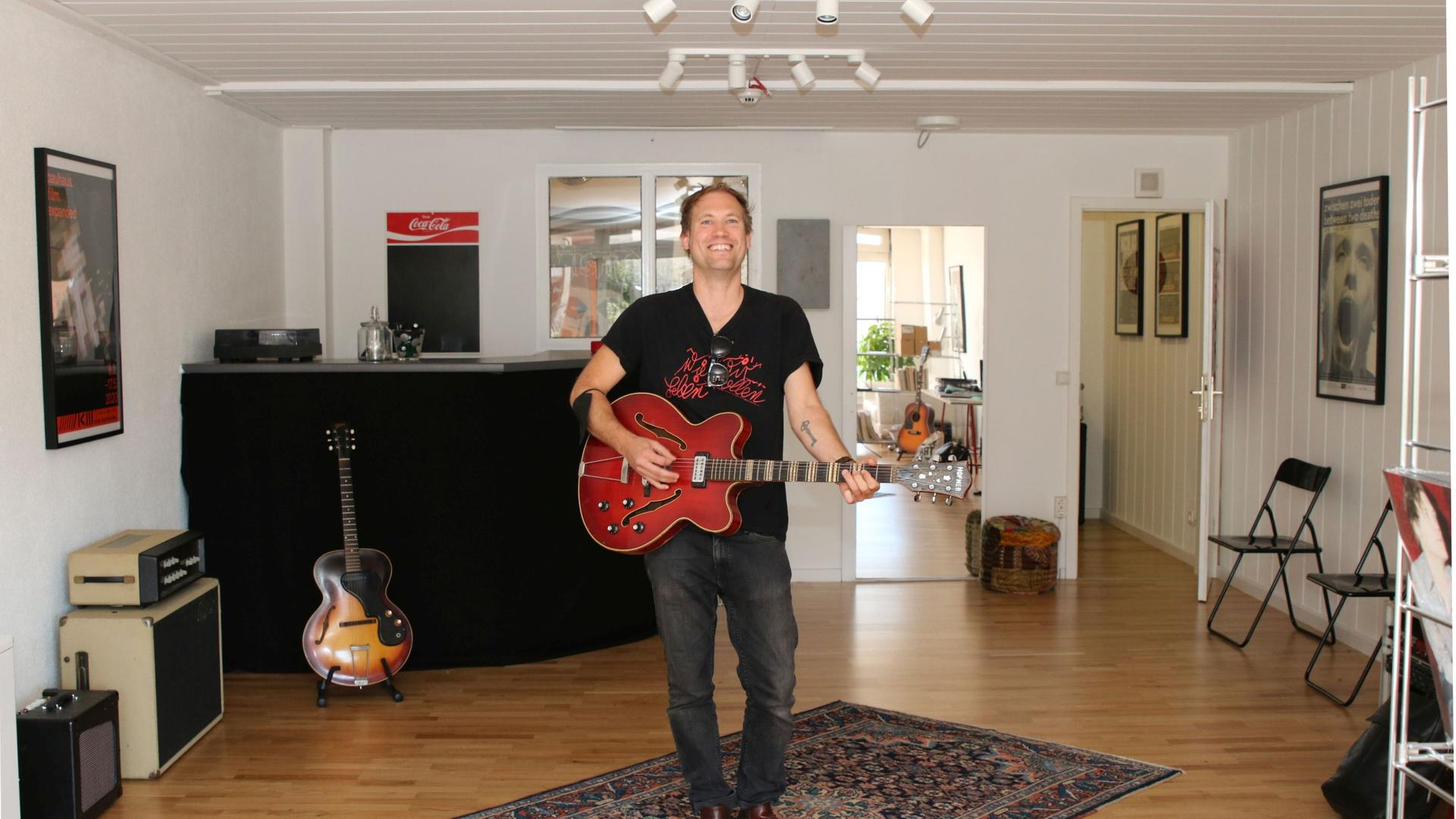 Musiker Nicolas Sturm mit Gitarre in seinem Kreativzentrum in Rastatt