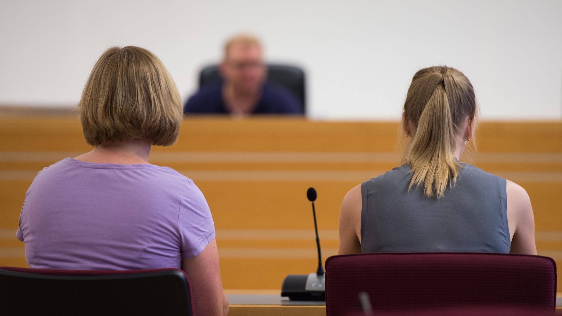 Zwei Frauen vor Gericht