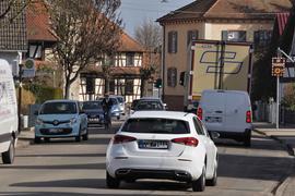 Viel Verkehr: Durch die Dorfstraße in Wintersdorf quälen sich täglich tausende Pendler aus dem benachbarten Elsass.