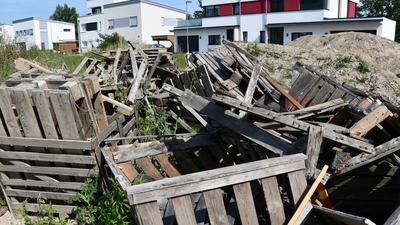 Bauschutt und Paletten: Die Anwohner ärgern sich über den Ausblick vor ihren Fenstern. Regelrecht für gefährlich halten sie die rostigen Nägel im Holz.