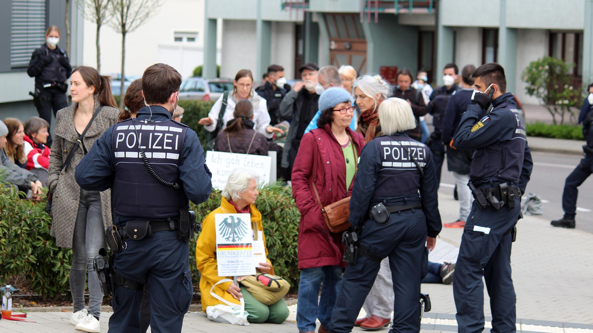 Polizei und Demonstranten