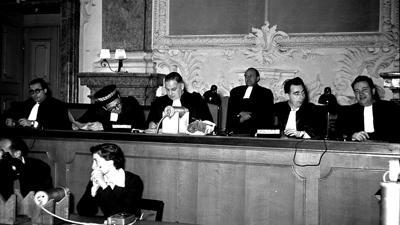 """Kriegsverbrecherprozess im Ahnensaal des Rastatter Schlosses: Hier fotografierte Theo Kemper, der zwischen 1949 und 1953 über die """"Rastatter Prozesse"""" berichtete, die Richterbank."""