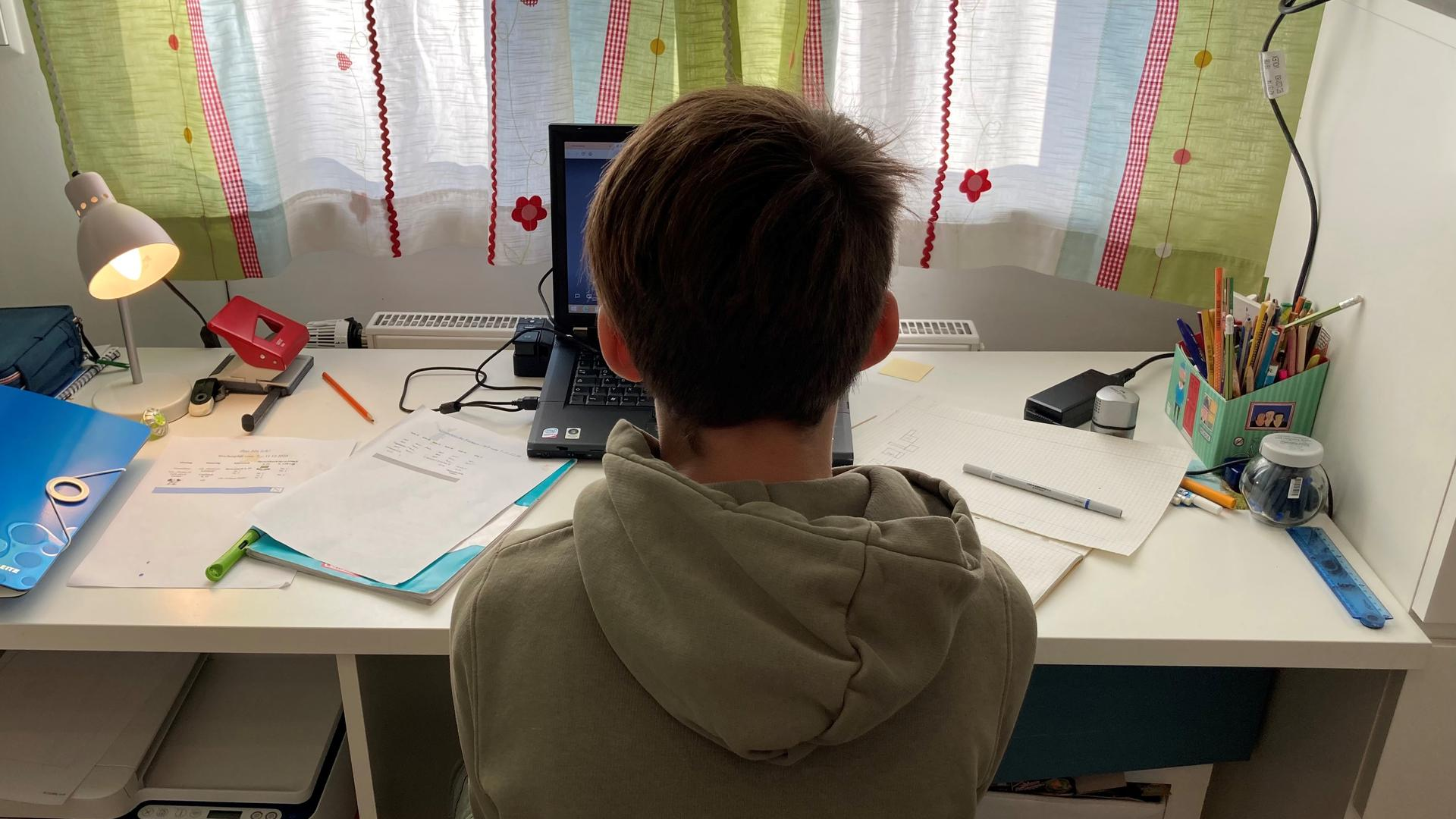 Unterricht am Laptop: Hauke Kilius beim Online-Unterricht mit seiner Klasse. Alle Schüler der 3b der Hans-Thoma-Schule mussten nach der alten Regelung für zwei Wochen in Quarantäne.