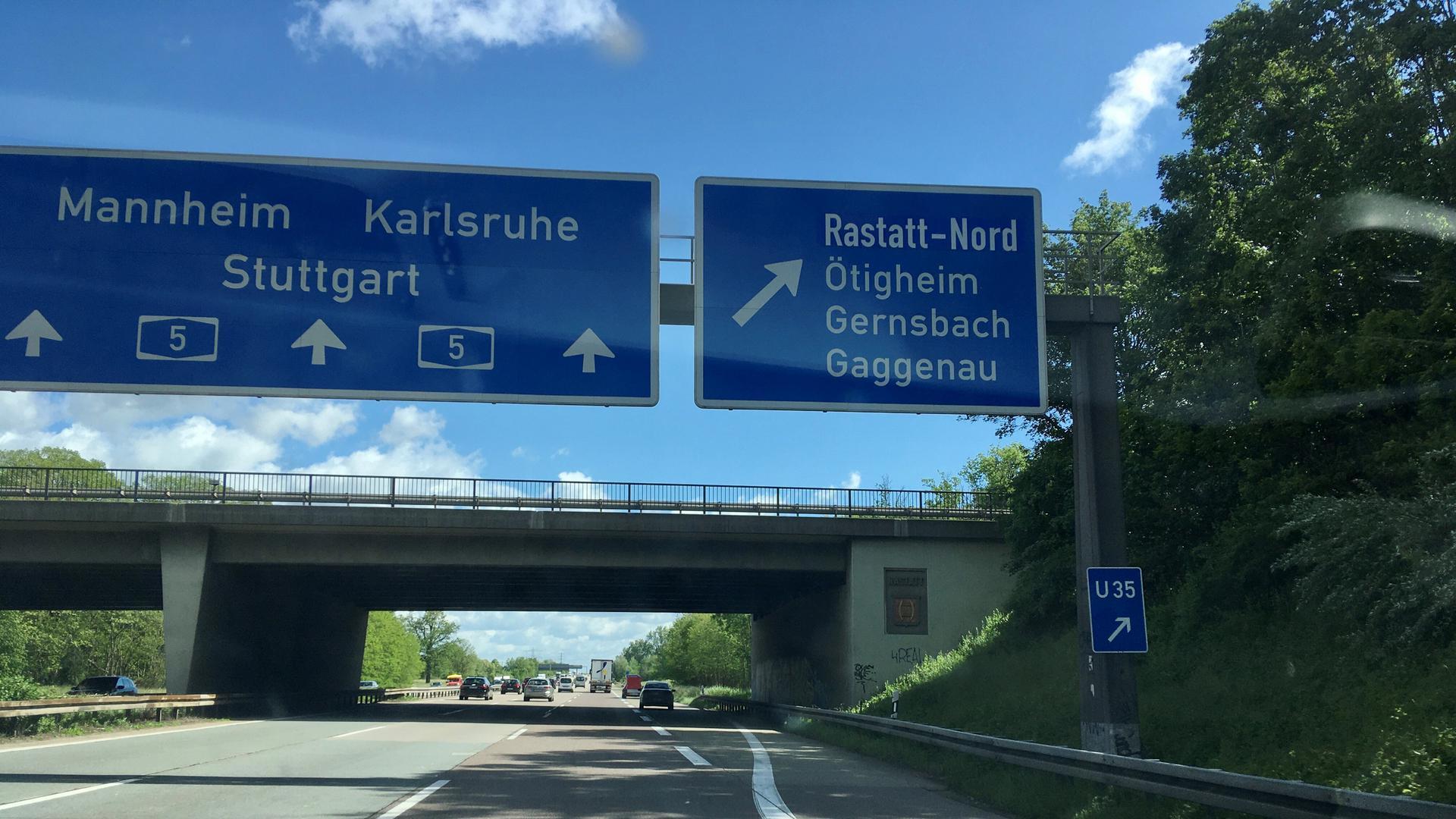 Ein Autobahnschild