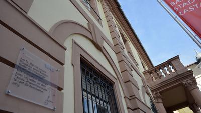 Punkt Nummer acht: Eine Info-Tafel erzählt am Rathaus, was sich dort am 13. Mai 1849 ereignete.