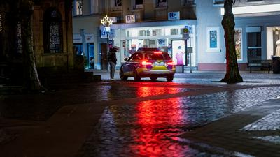 Silvester 2020 in Rastatt: Die Polizei kontrolliert die Ausgangssperre in der Kaiserstrasse.