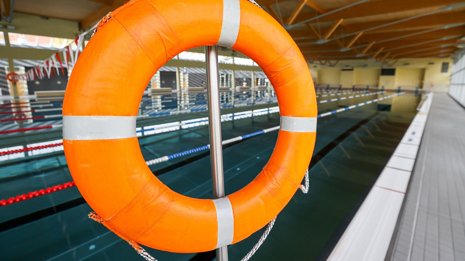 """Ein Rettungsring hängt in der Schwimmhalle """"Sportbad an der Elster"""". Die Halle bleibt aufgrund des Teil-Lockdowns geschlossen."""