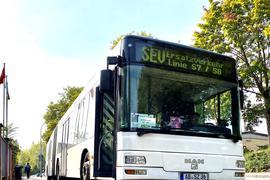 Ein Schienenersatzverlehrs-Bus wartet hinter dem Rastatter Bahnhof.