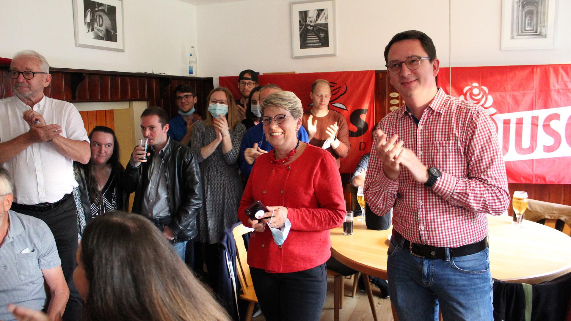 Bestens gelaunt: SPD-Bundestagsabgeordnete und Direktkandidatin Gabriele Katzmarek freut sich im Zay-Stübl zusammen mit dem Landtagsabgeordneten Jonas Weber über den Wahlerfolg der Sozialdemokraten.