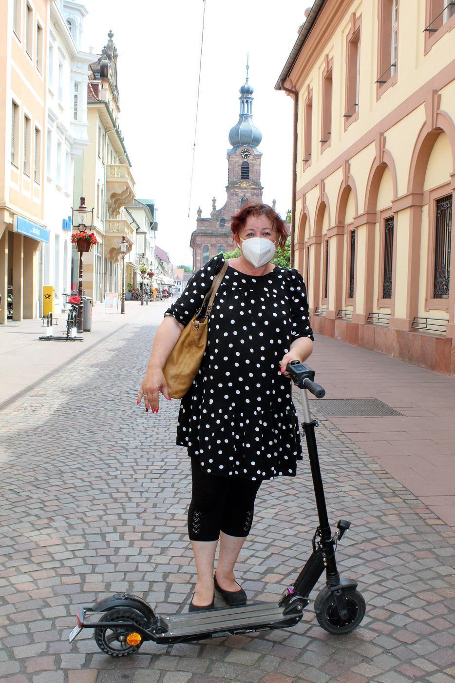 """Sabine Dieringer braucht keinen """"Bird"""": Die Rastatterin hat ihren eigenen E-Scooter."""