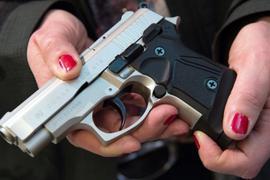 Immer mehr Frauen wollen sich selbst schützen, auch im Landkreis Rastatt: Der kleine Waffenschein berechtigt sie etwa zum Führen einer Schreckschusspistole in der Öffentlichkeit.