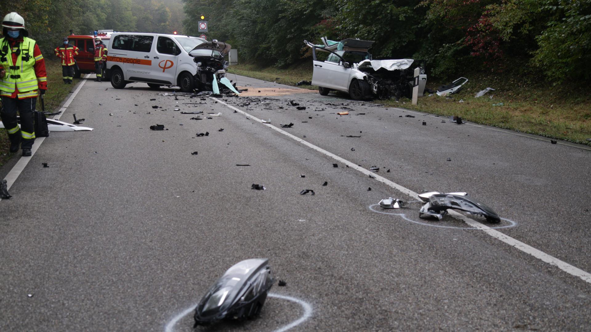 Die Feuerwehr musste die beiden schwer verletzten Fahrer aus ihren Fahrzeugen befreien.