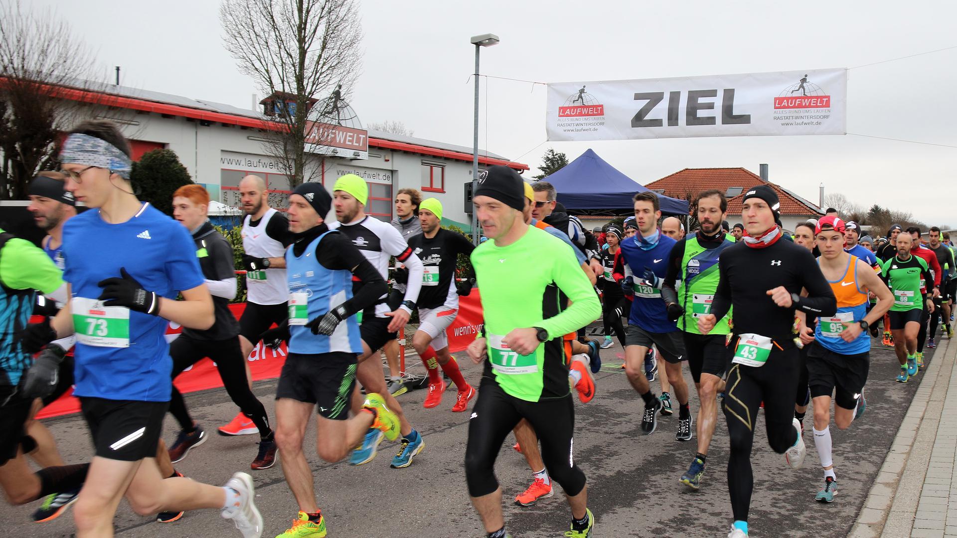 Läufer, im Hintergrund Banner mit Aufschrift Ziel