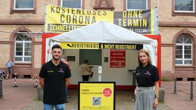Betreiber Maik Albert-Markovic und Olga Galiaki vor ihrem Testzentrum am Rathaus Rastatt