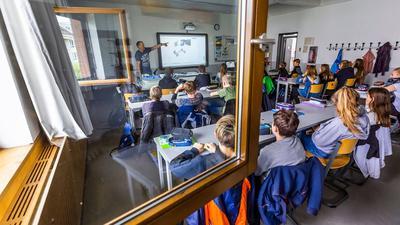 """Büffeln bei offenen Fenstern: Bislang kam die frische Luft nur von draußen. Künftig sollen stationäre """"Raumlufttechnische Anlagen"""" in 21 Rastatter Kitas und Schulen für einen kontinuierlichen Luftaustausch sorgen."""