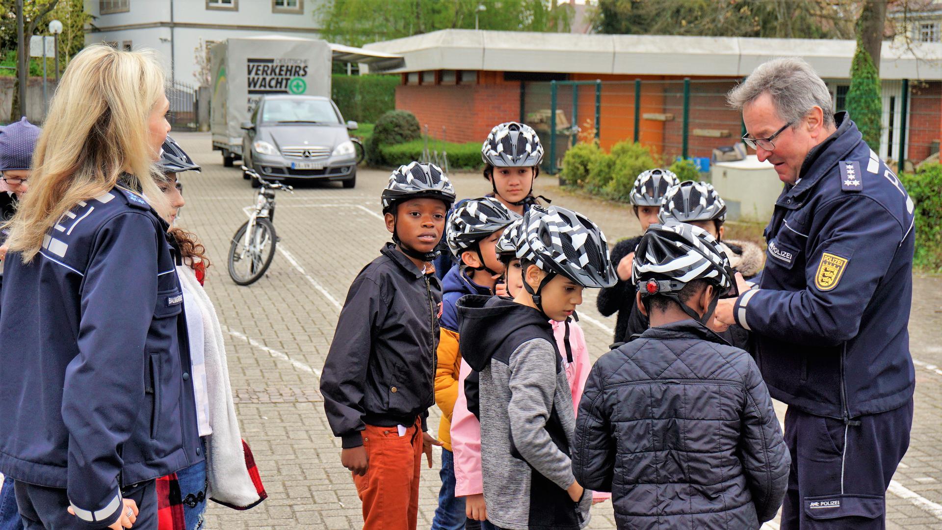 Kinder, Fahrrad, Polizist