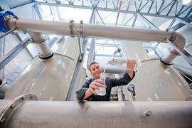 Tobias Meisch, Wassermeister der Stadtwerke Rastatt, entnimmt Proben im Wasserwerk Ottersdorf. Das Wasser wird regelmäßig kontrolliert.