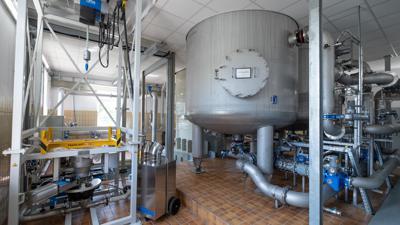 Die Grundwasseraufbereitungsanlage mit großen Aktivkohlefiltern des Wasserwerks Rauental. Seit 2018 ist das Wasserwerk wieder am Netz.