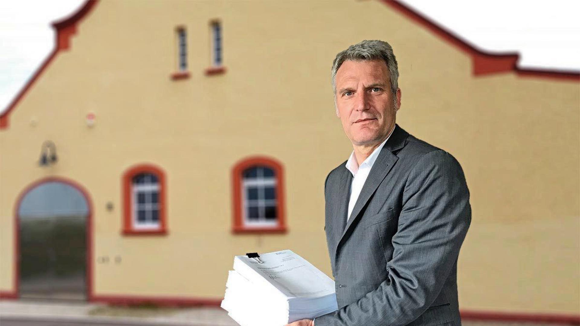 Olaf Kaspryk mit seiner Klageschrift gegen den mutmaßlichen Verursacher der PFC-Verunreinigung.