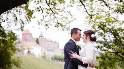 Ein Hochzeitspaar steht vor Schloss Eberstein.