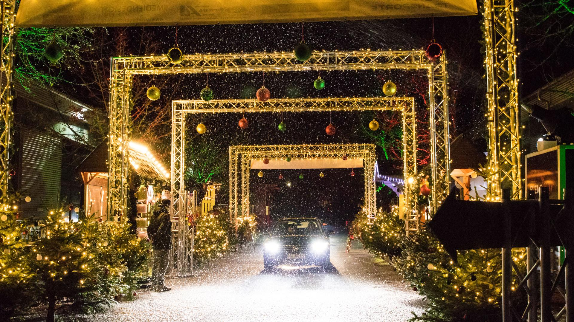 Kunstschnee, funkelnde Dekoration, Glühwein to go und süße Leckereien bescheren Rastatt Weihnachtsstimmung – nach dem Autokino-Revival im Frühjahr, steht der Winter mancherorts im Zeichen der Drive-In Weihnachtsmärkte.