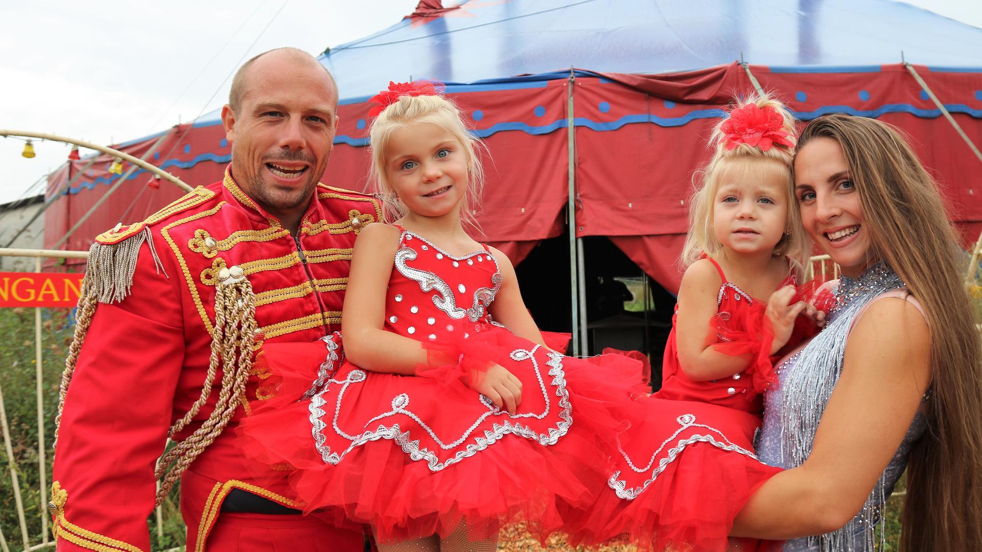 Glückliche Zirkusfamilie: Diana und Nino Frank gemeinsam mit ihren beiden Kindern Sumisha (5) und Soleyna (3).