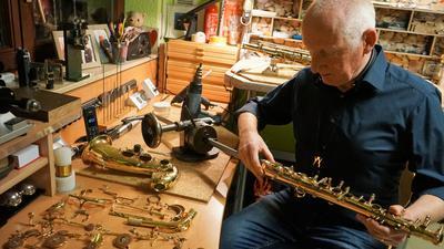 Jedes Detail im Blick: Tom Stolz kümmert sich in seiner Werkstatt mit großer Akribie um die Reparatur von Saxophonen. Viele Werkzeuge hat er selbst angefertigt.
