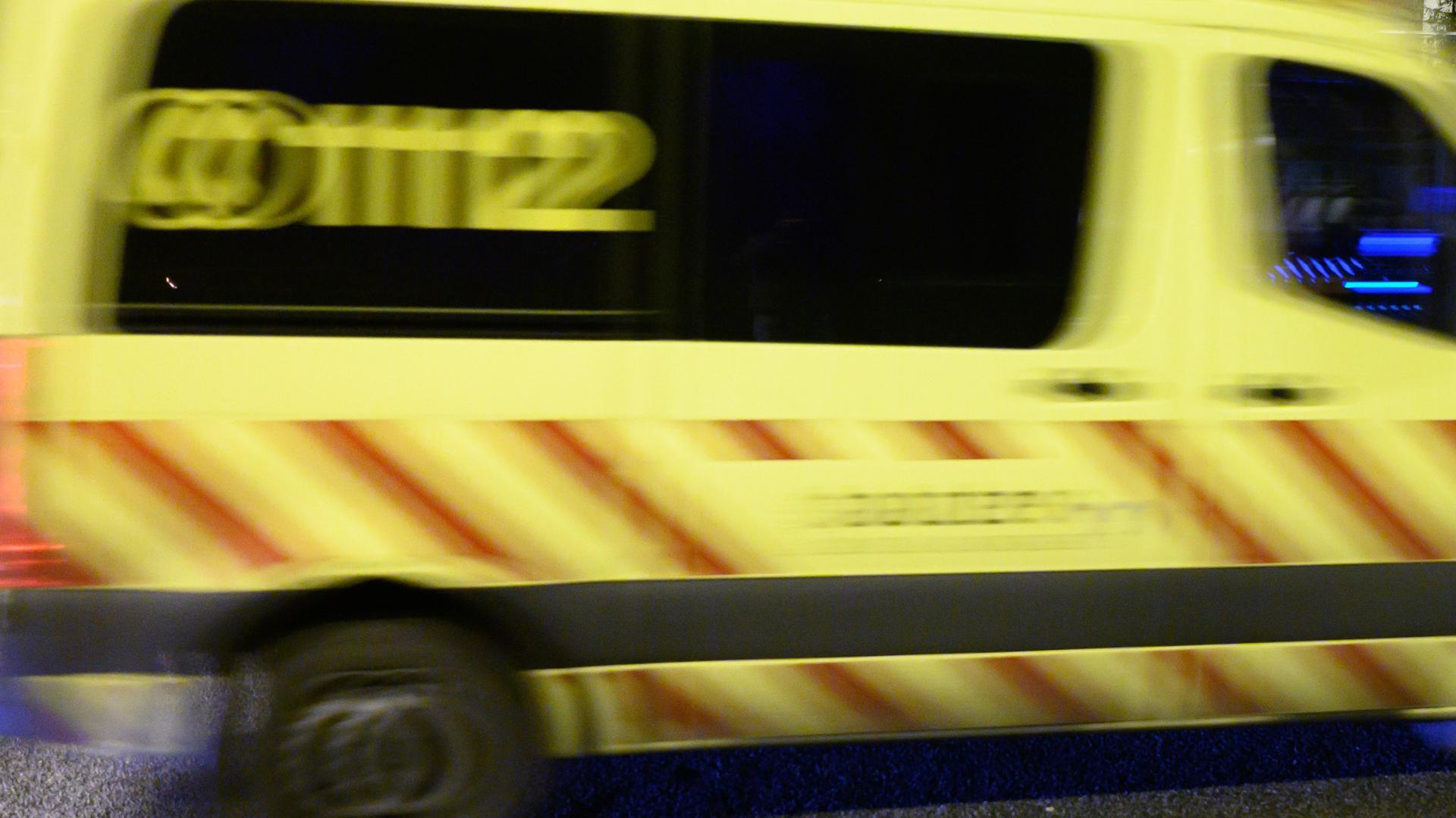 Rettungskräfte konnten den Fahrer nur noch tot bergen (Symbolbild).