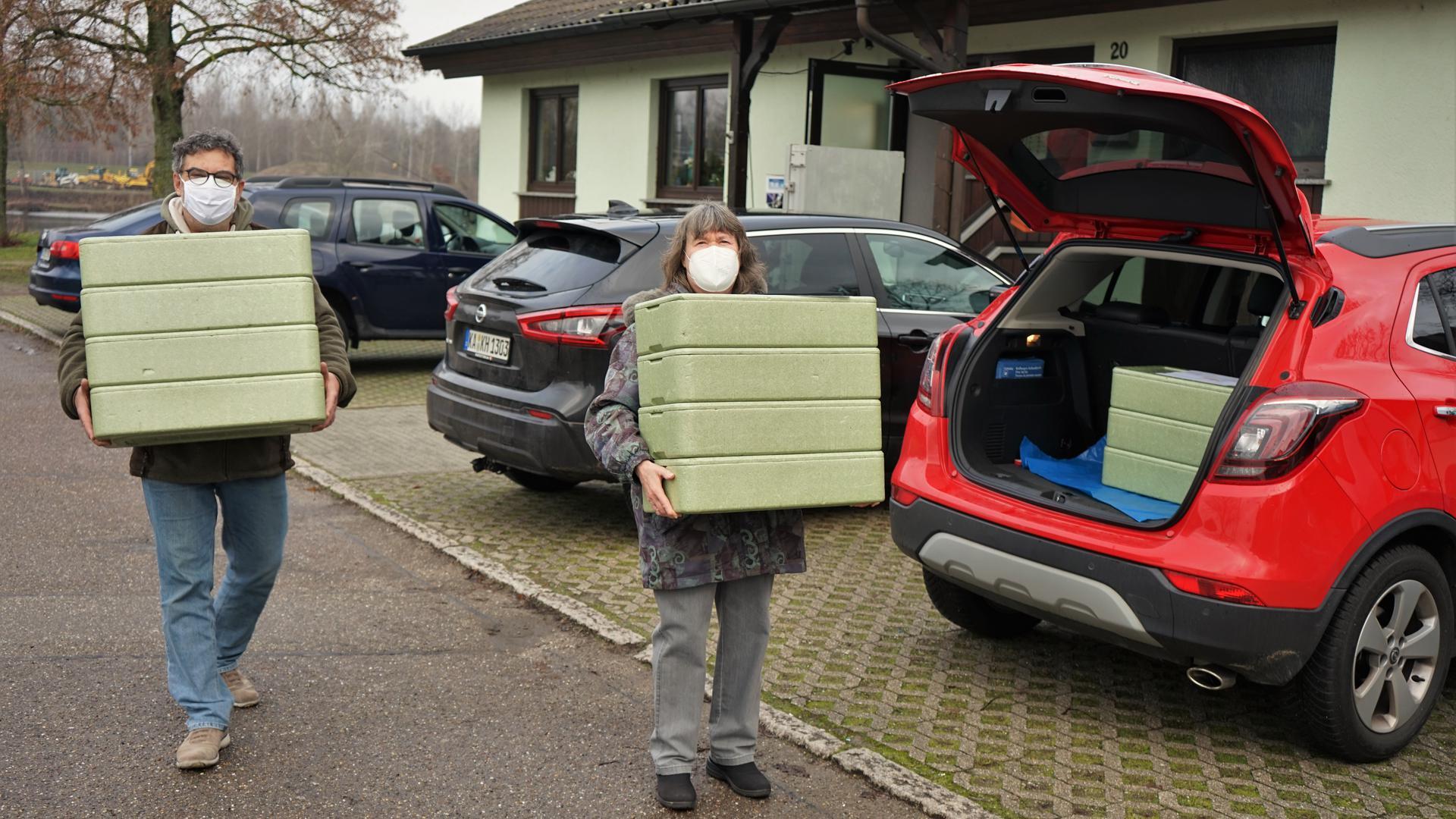 Bereit zum  Transport: Ehrenamtliche Kräfte  bringen  das in Thermoboxen verpackte Mittagessen  zu den älteren Menschen in Au am Rhein.