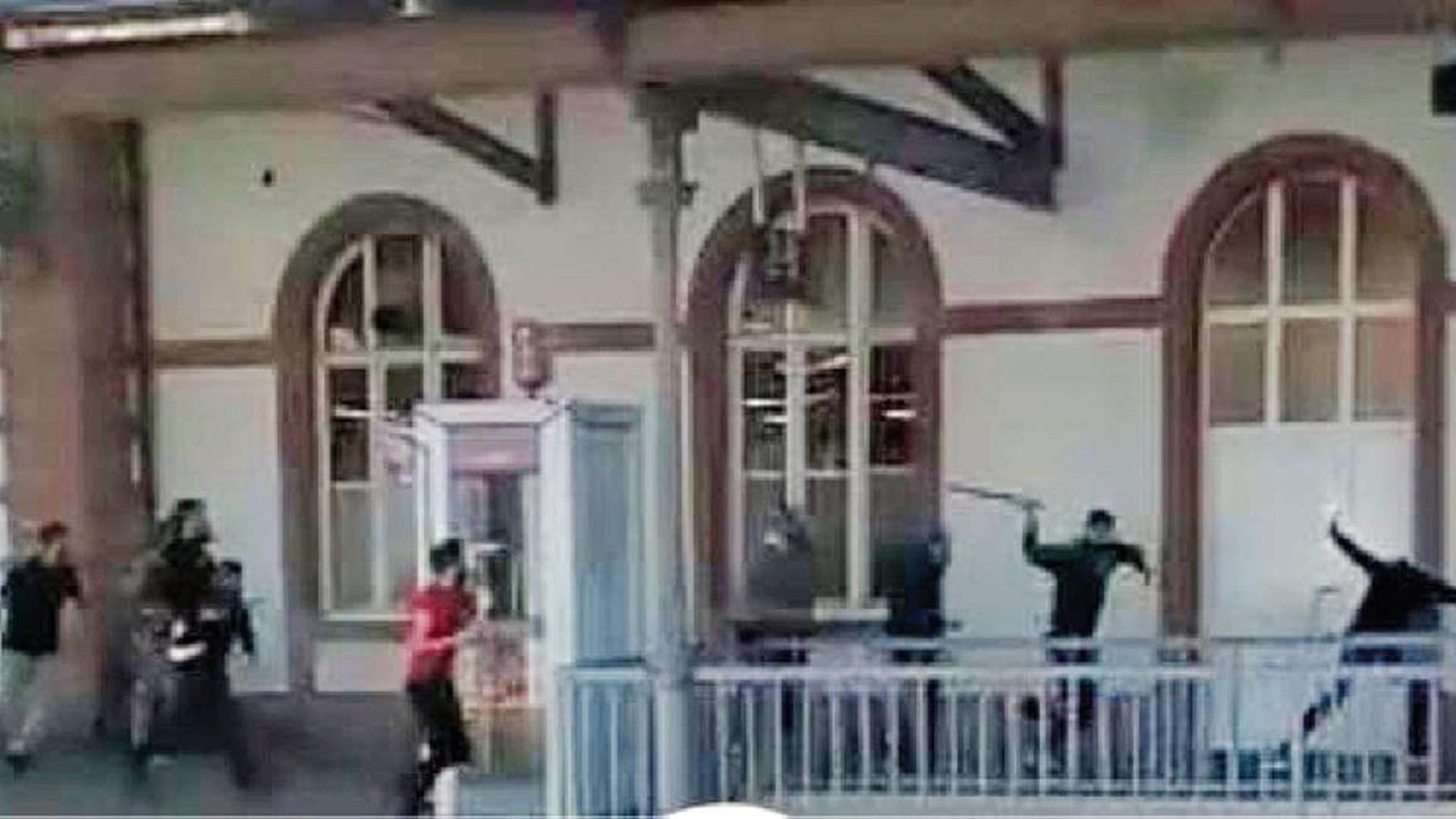 Eine brutal geführte Schlacht lieferten sich am fraglichen Wochenende zwei offenbar verfeindete Gruppen junger Menschen rund um den Rastatter Bahnhof.