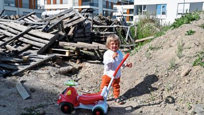Kein guter Spielplatz: Der kleine Niklas steht vor einem Berg aus Paletten mit rostigen Nägeln.