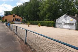 Sandplatz, Haus, Bäume