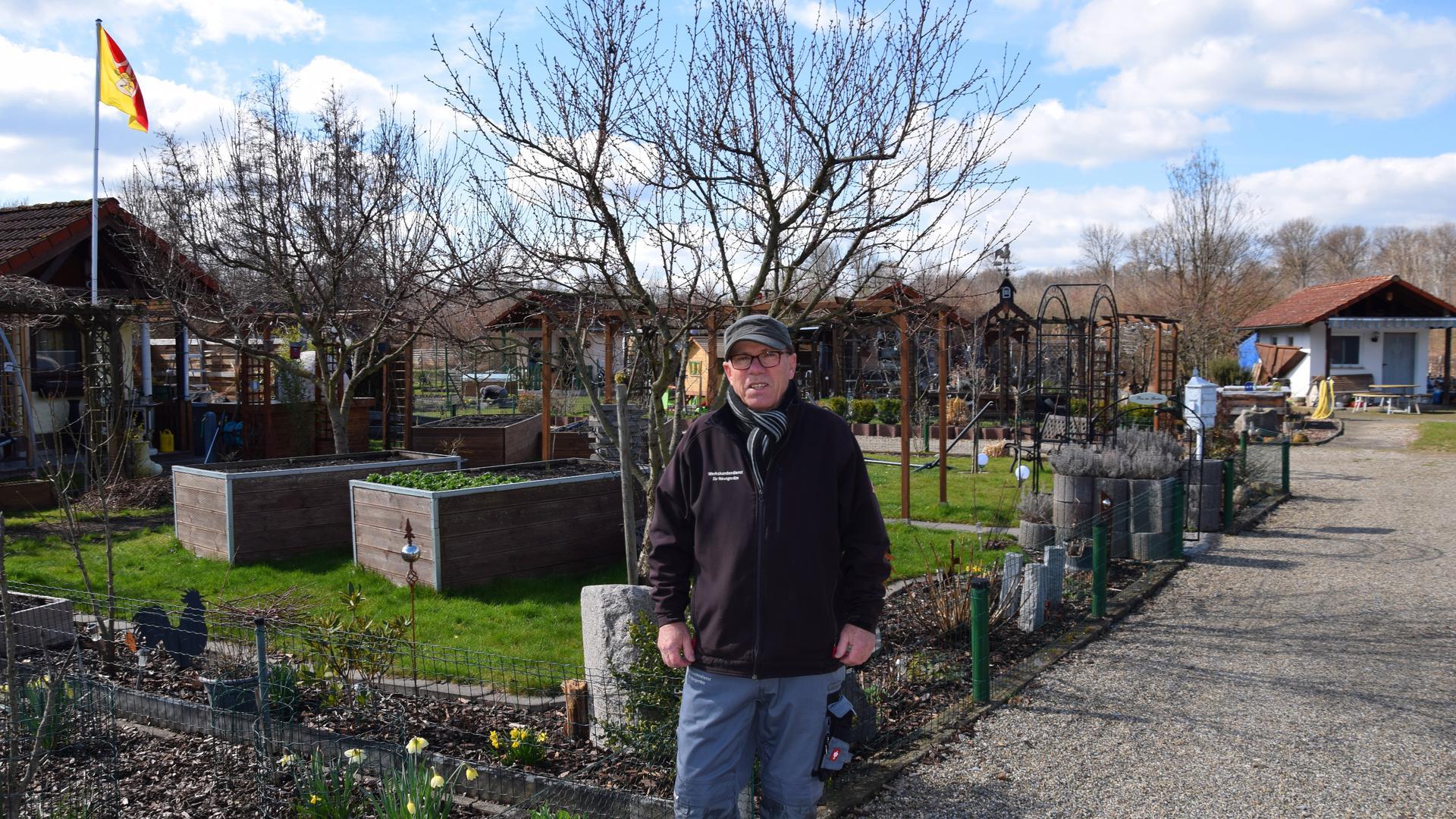 Ein Mann in einer Kleingartenanlage
