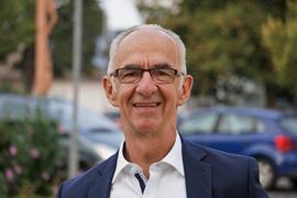Porträt eines Mannes mit Brille.