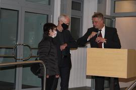 Glückwunsch in Corona-Zeiten: Elmar Reichl (rechts) gratuliert Bürgermeister Robert Wein und dessen Ehefrau Bärbel.