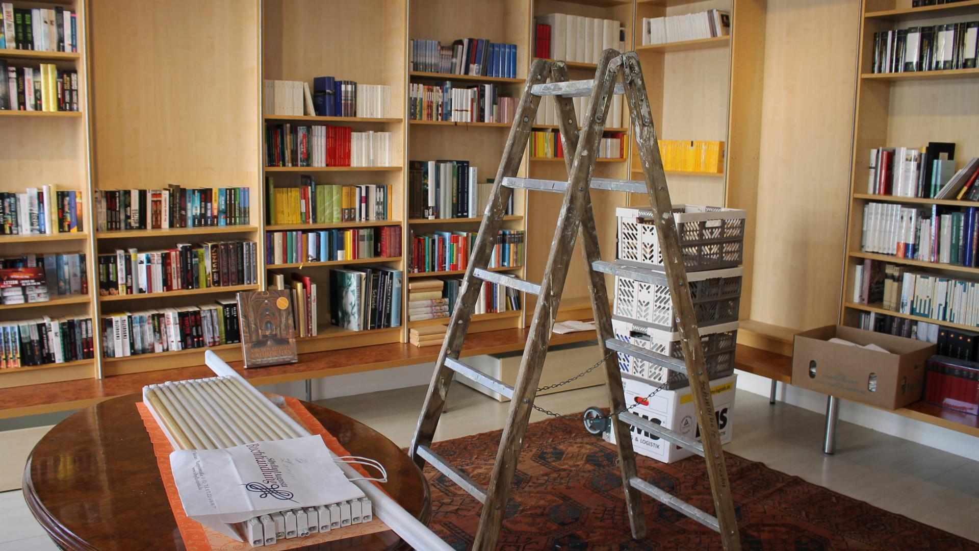 Bücher müssen weichen: Langsam werden die Regale in der Sibylla-Augusta-Buchhandlung leergeräumt. In wenigen Tagen werden die Türen endgültig abgeschlossen.