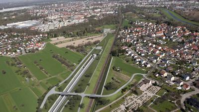 Irgendwann wird es so aussehen: Die Brücke beim Friedhof hätte längst gebaut werden sollen. Der Bahnübergang ist bereits entfernt. Doch beim Infoabend zum Rastatter Tunnel wird klar: Es verzögert sich.