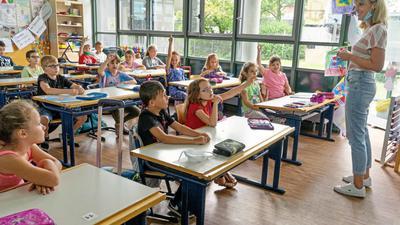 """Schule als Luxus: Nach Wochen endlich wieder mit ihren Klassenkameraden zusammen sind die Schüler der Klasse 2b an der Gustav-Heinemann-Schule, die sich wie Lehrerin Aline Zimmermann darüber freuen, dass das """"Homeschooling"""" zu Ende ist."""