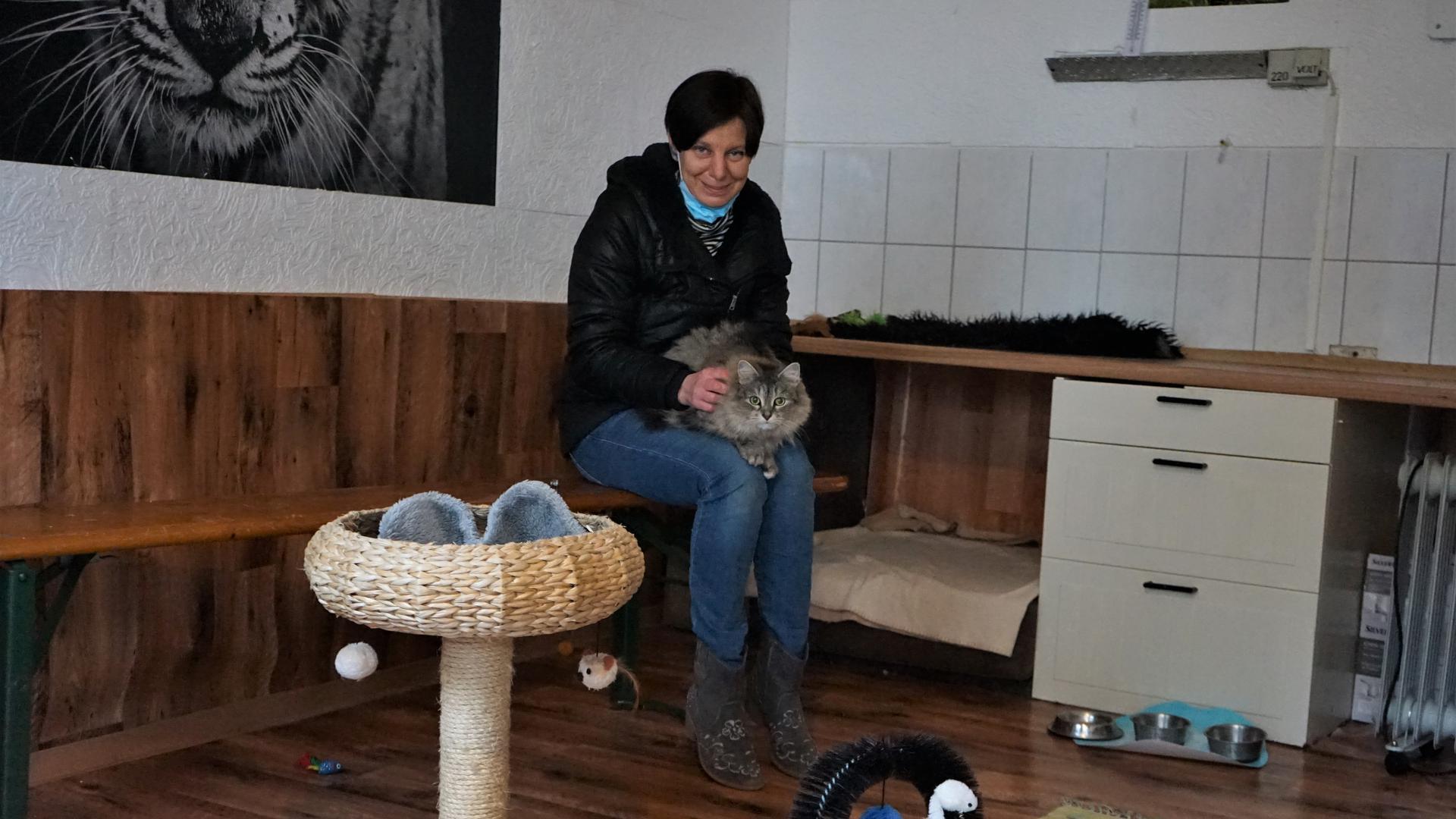 """Melanie Schmidt und ihre Katze Shila in der Pension """"Tierglück"""" in Durmersheim"""