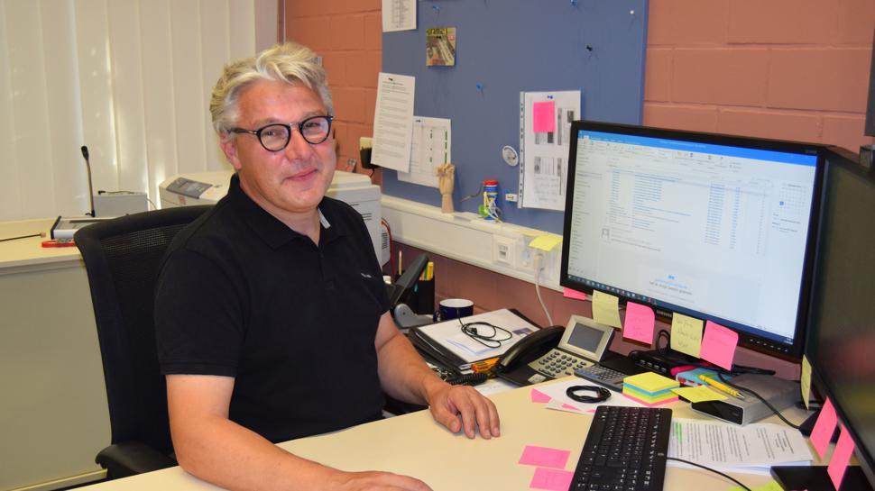 Mann am Computer-Schreibtisch