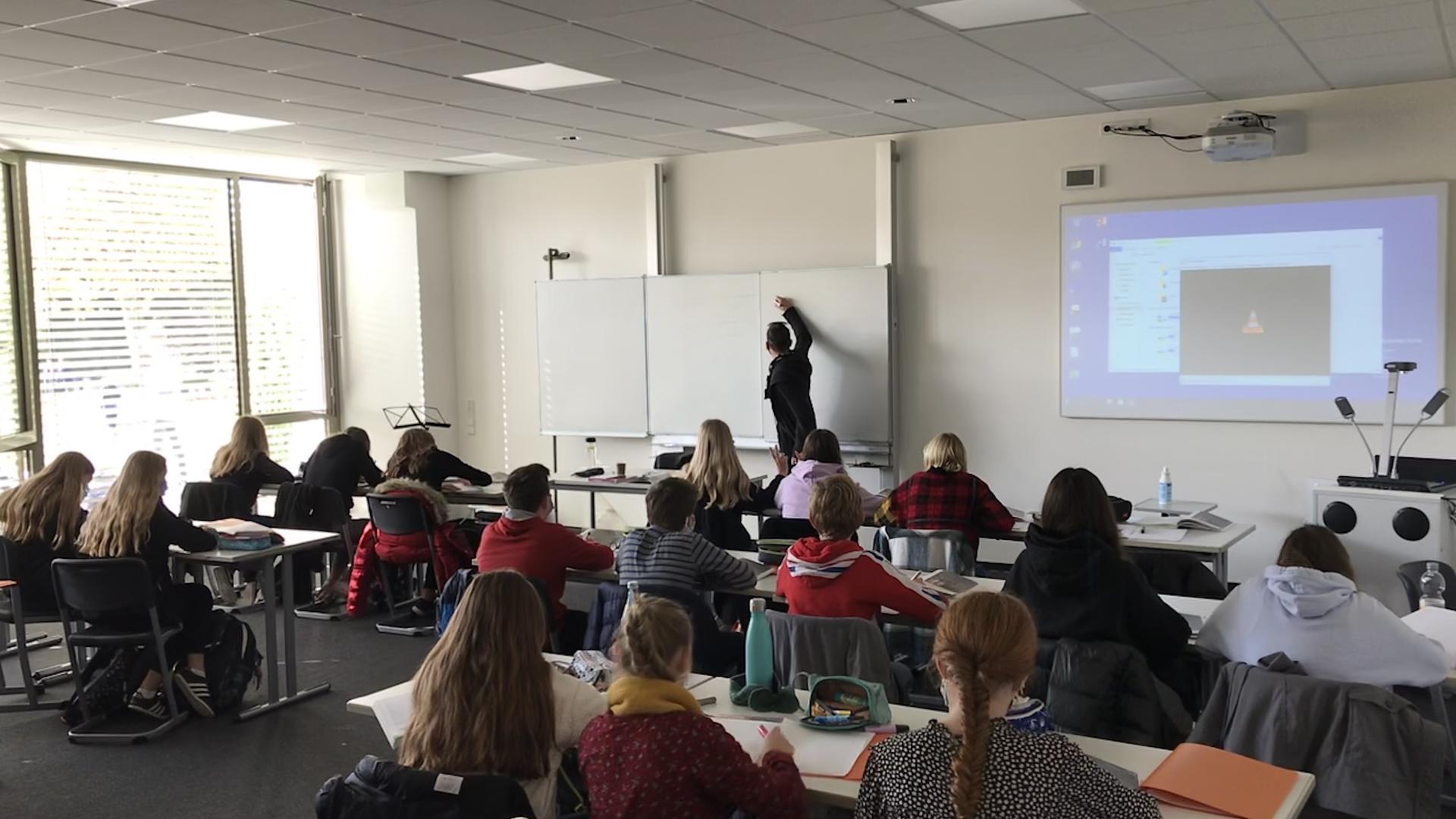 Schulklasse des Wilhelm-Hausenstein-Gymnasiums beim Unterricht unter Pandemie-Bedingungen