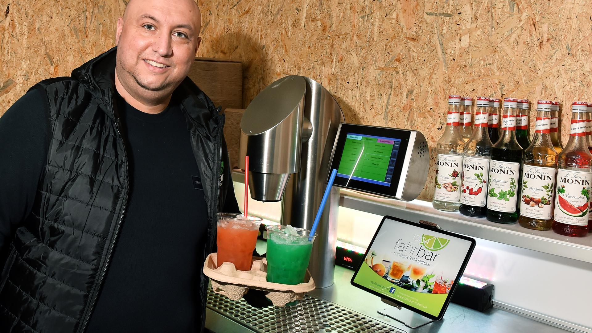 Paolo Damanti zeigt seine Cocktails und seine Cocktailmaschine