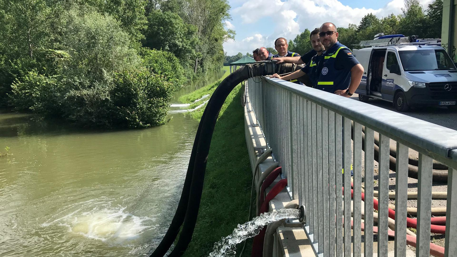 Mehrere Männer an einem Fluss.
