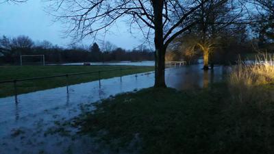 Überschwemmungsgebiet:   Durch das Hochwasser  auf der Platzanlage des FC Illingen  fühlen sich die RWE-Verantwortlichen bestätigt, keinesfalls dorthin umsiedeln zu wollen.