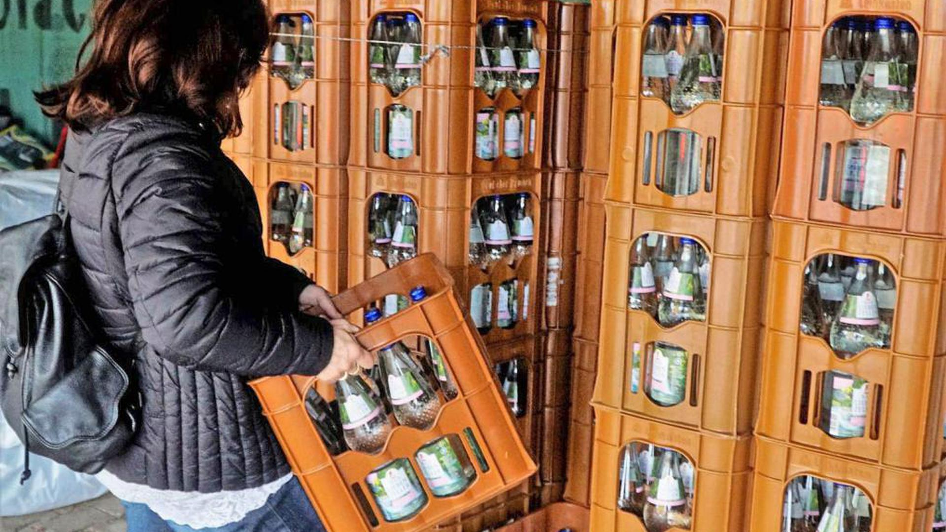 Lieber aus der Flasche als aus dem Hahn: Im Hotel Krone können sich Bewohner von Förch mit kostenlosem Mineralwasser eindecken. Das Gesundheitsamt hat Risikogruppen davor gewarnt, Leitungswasser zu trinken.