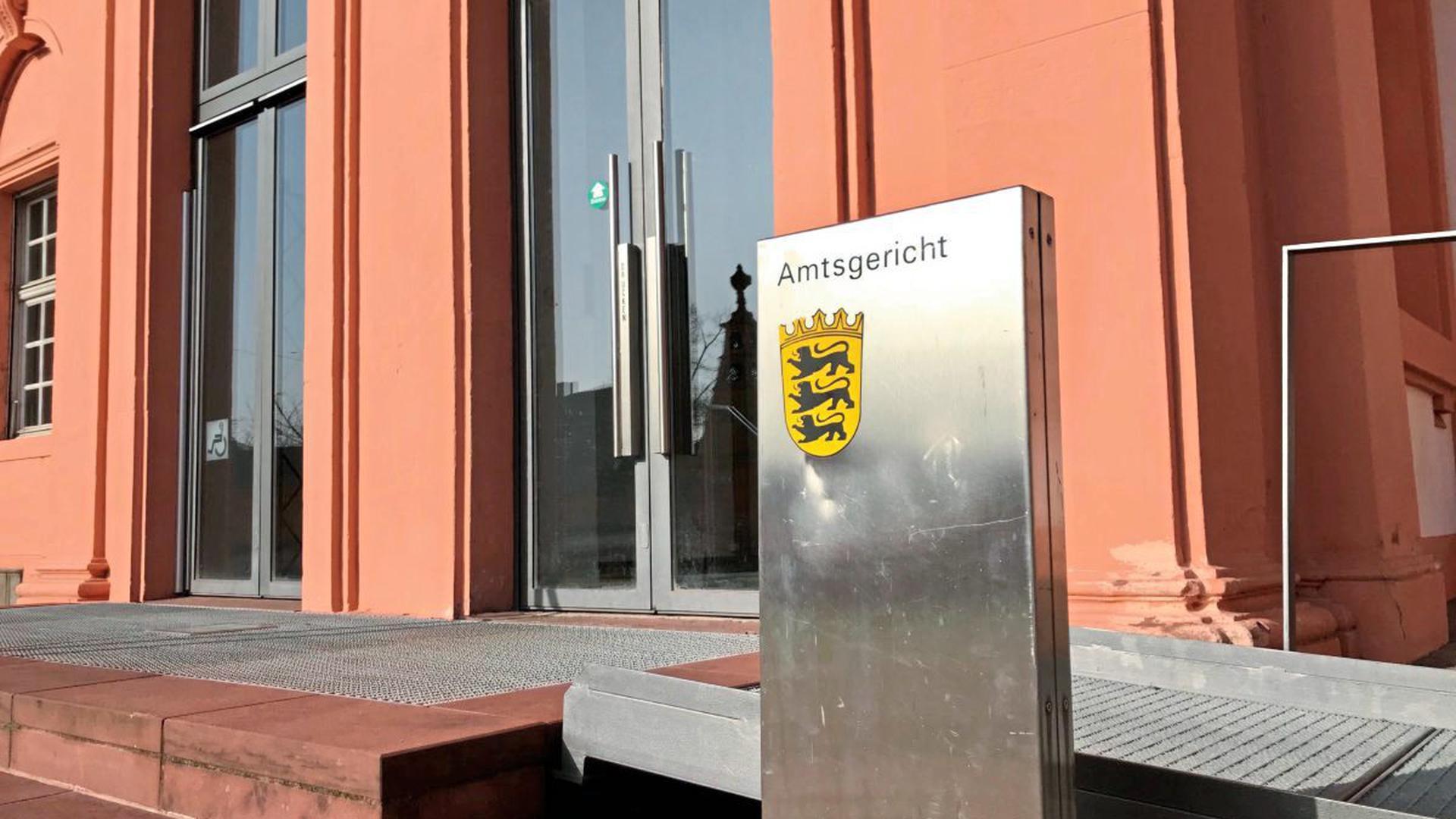 """Ein Schild mit der Aufschrift """"Amtsgericht"""" steht vor dem Gebäude des Gerichts."""