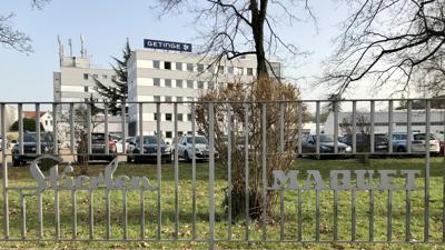 Ein Zaun, dahinter das Gebäude des Firma Getinge.
